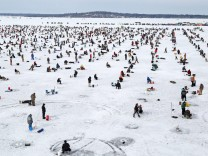 Bilder des Tages Feb 6 2016 Brainerd MN U S Some of the 10 000 ice fishing contestants on H