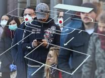 People queue outside a coronavirus (COVID-19) test center in Frankfurt