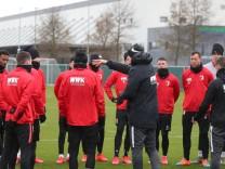 Heiko Herrlich (Mitte), erste Ansprache zur Mannschaft im strömenden Regen auf dem Trainingsplatz; FC Augsburg, erstes
