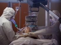 Coronavirus: Mediziner kümmern sich um einen an Covid-19 erkrankten Patienten