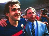 ARCHIVE - FOOTBALL - FRANCE/ESPAGNE - EURO 1984 - PARC DES PRINCES - PARIS - 27/06/1984 - HIDALGO michel - PLATINI Miche; Michel Hidalgo und Michel Platini
