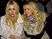 Olsen-Zwillinge in Pelz; dpa