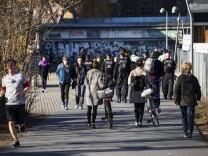 Polizei kontrolliert die Einhaltung der Massnahmen zur Kontaktverbot am Gleisdreieckpark in Berlin am 4. April 2020. Um