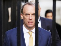(200407) -- LONDON, April 7, 2020 (Xinhua) -- British Foreign Secretary Dominic Raab arrives at 10 Downing street for t
