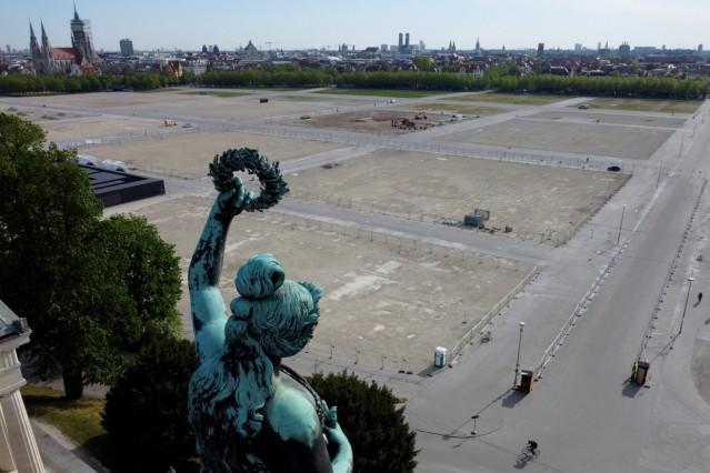 München: Die Bavaria-Statue steht oberhalb der leeren Theresienwiese, auf der jährlich das Oktoberfest stattfindet. Das größte Volksfest der Welt findet wegen der Corona-Pandemie in 2020 nicht statt.