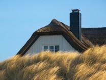 Haus hinter Dünen der Ostsee bei Ahrenshoop auf der Halbinsel Fischland/Darß