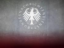 BND: Signet des Bundesnachrichtendienstes an der Zentrale in Berlin