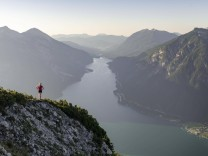 Junge Frau blickt über Berglandschaft, Ausblick vom Berg Bärenkopf auf den Achensee, links Seebergspitze und Seekarspitz