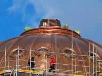 Die Geruestbauer auf der Kupfer-Kuppel des Humboldt Forum beim Abbau. In Berlin-Weissensee wird die sogenannte Laterne m
