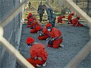 Guantanamo-Gefangene in orangenen Overalls; AP