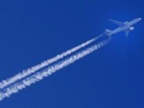 Kondensstreifen am Himmel INTERPOLATION: Ein Flugzeug mit Kondensstreifen oberhalb von 8000 Metern Nordrhein-Westfalen D