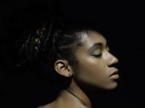 Interior chiaroscuro portrait of young black woman Colombia, Valle del Cauca, Cali PUBLICATIONxINxGERxSUIxAUTxONLY CR_RB