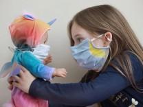 Kind Mundschutz -  model released - 16.04.2020 Halle Saale  CORONA Pandemie covid19 covid 19 Corona Virus Coronavirus Sachsen Anhalt