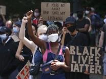 Demo Black Lives Matter in Berlin Berlin , DEU, 27.06.2020 - Zwei Frauen mit Gesichtsmasken demonstrieren unter dem Mot