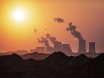 Das Kohlekraftwerk Boxberg und der Tagebau Reichwalde zeichnen sich vor der untergehenden Sonne ab, aufgenommen in Hamme