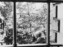 Peter Suhrkamp auf dem Balkon des Hauses Schaumainkai 53, Frankfurt am Main, Sitz des Suhrkamp Verlags zwischen 1953 und 1956