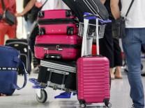 Reisende warten am Flughafen.