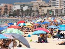 Der Strand an der Playa de Palma ist deutlich gefüllter als in den Tagen zuvor offenbar reisen aktuell wieder mehr deut