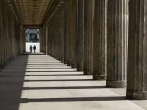 Der Kolonnadengang vor der Alten Nationalgalerie auf der Museumsinsel in Berlin-Mitte. Foto: Volker Hohlfeld Kolonnaden