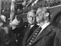 Hans-Jochen Vogel * 3. Februar 1926 in Göttingen ist ein deutscher Politiker (SPD). Vogel war von 1960 bis 1972 Oberbür
