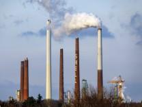 Schornsteine an der Shell Rheinland Raffinerie in Godorf. Köln, 06.05.2019 *** Chimneys at the Shell Rheinland refinery