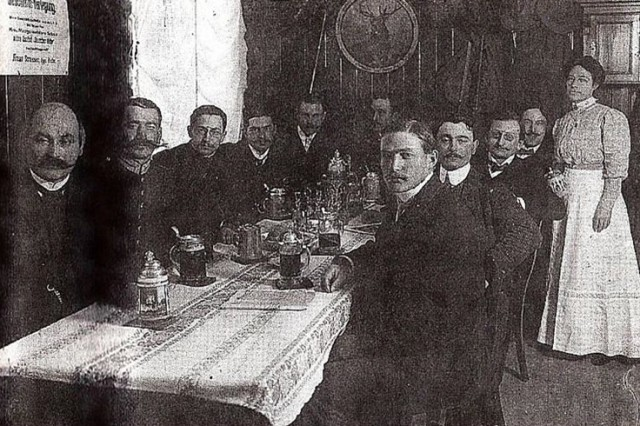 Wirtshausserie 2020: Schlosswirtschaft Oberschleißheim, Altes Schloss Schleißheim: Aufnahme um 1910. Links außen Schlosswirt (und Bürgermeister) Michael Haselsberger, rechts Bedienung Anna Riedmair