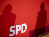 Die Schatten der Co-Parteivorsitzende der SPD Norbert Walter-Borjans und Saskia Esken waehrend einer Pressekonferenz im