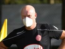Testpiel: TSV Meerbusch - Fortuna Düsseldorf 14.08.2020. Trainer Uwe Rösler (F95) mit Atemschutzmaske. DFL REGULATIONS; Düsseldorf