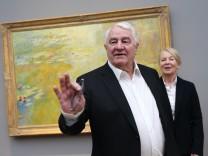 Kunstmäzen Hasso Plattner und Museumsdirektorin Ortrud Westheider stehen vor dem Gemälde Der Seerosenteich (um ca. 1918