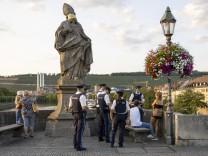 Würzburg, Alte Mainbruecke, 11.09.2020, Coronavirus: Alkoholverbot auf der Alten Mainbruecke Bild: Polizisten kontrolli