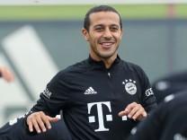 Die Spieler beim Aufwaermen und dehnen, Thiago Alcantara 6 (FC Bayern Muenchen), Training FC Bayern Muenchen, 1.Bundesl