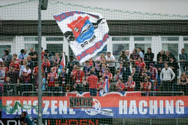 Fans der SpVgg Unterhaching schwenken Fahnen Fans Publikum Zuschauer Stimmung Atmosphäre Stadi
