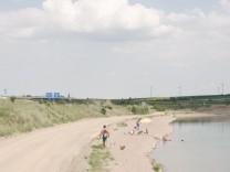 Baggersee an einer Autobahn