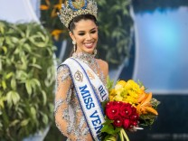 Caracas Wahl zur Miss Venezuela The representative of Delta Amacuro Thalia Olvino reacts after wi