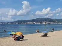 Urlauber an der Playa de Palma auf Mallorca