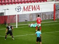 Robin Zentner (Mainz) kommt zu spaet: Der Ball springt knapp hinter die Mainzer Torlinie zum 1:0 fuer Leverkusen FSV Ma