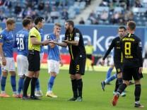 17.10.2020 - 3.Liga 2020/2021: FC Hansa Rostock vs. TSV 1860 München - Sascha Mölders / Moelders (1860) diskutiert mit