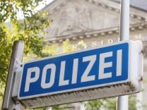 Auf einem blauen Schild vor der Polizei-Inspektion in Essen steht in weißen Lettern