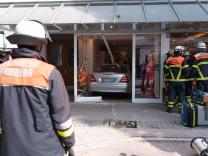 PKW landet in Boutique Hamburg Feuerwehrleute Schaufensterscheibe Rentner Unfall Unfallort Ren
