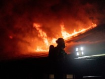 Berlin: Großbrand im U-Bahnhof: Feuerwehreinsatz in Zehlendorf