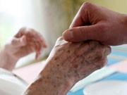 Pflege in Deutschland: In einer Reihe von Heimen werden Pflegebedürftige gut oder sogar sehr gut versorgt - doch gibt es mancherorts auch deutliche Defizite; dpa