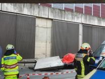 Betonteil stürzt auf Autobahn auf Wagen - Fahrerin tot