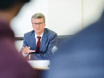 Bernd Sibler bei Pressekonferenz zur Versorgung von Covid-19 Intensivpatienten in München, 2020