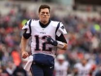 CINCINNATI, OH - DECEMBER 15: New England Patriots quarterback Tom Brady (12) runs off the field after the second quart