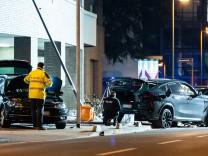 Frankfurt/Main: Auto erfasst mehrere Menschen – zwei Tote