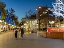 Die Innenstadt von Duisburg, Einkaufsstrasse Königstrasse, am Tag der Eröffnung der Weihnachts Lichtdekoration, normale