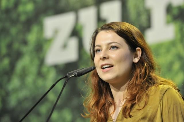 Jamila Schäfer (Politikerin) 10/19 thg Jamila Schäfer am 16. November 2019 beim 44. Bundesparteitag der Partei Bündnis 9