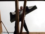 mann arbeitet an einem dachstuhl ; ddp
