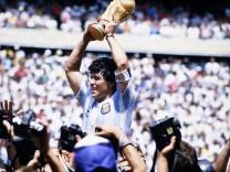 MARADONA Diego Team Argentina mit dem WM Pokal bei der Siegerehrung im Azteka Stadion Endspiel FIFA WM Finale 1986 in Me; Maradona