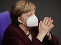 Angela Merkel verfolgt im November 2020 im Bundestag eine Corona-Debatte